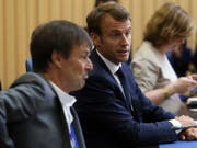 Frankreichs Präsident Emmanuel Macron verliert einen seiner beliebtesten Minister: Umweltminister Nicolas Hulot (lins) tritt zurück. (Bild: KEYSTONE/AP/ARMANDO FRANCA)