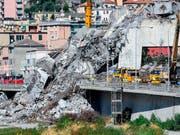 Die italienische Regierung will den Wiederaufbau der eingestürzten Autobahnbrücke selber an die Hand nehmen und nicht der Betreibergesellschaft überlassen. (Bild: KEYSTONE/AP ANSA/SIMONE ARVEDA)