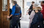 9. März 2018: Letzter Verhandlungstag im Mordfall Wagenhausen: Der Angeklagte wird von der Polizei ins Bezirksgericht Frauenfeld begleitet. (Bild: Reto Martin)