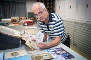 Schatzmeister über die Sammlung von Josef Steigmeier ist heute Wolfgang Göldi. Der Kantonsbibliothekar hat die Sammlung für die Vadiana gesichtet und teilweise erschlossen. (Bild: Ralph Ribi)