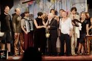 """Walter Andreas Müller übergibt Dramaturgin Thea Reiffler die """"Hagenwiler Glocke"""". (Bild: Christian Schroff)"""
