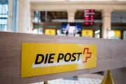 Das Logo der Post im Innenbereich der Schalterhalle der Hauptpost Luzern. (Bild: Urs Flüeler / Keystone)