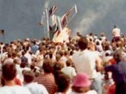 Vor 30 Jahren kam es bei einer Flugschau in Ramstein zu einer Katastrophe: Ein Flugzeug einer Kunstflugstaffel stürzte in die Zuschauer und explodierte. 70 Menschen wurden getötet, über 450 weitere verletzt. (Bild: KEYSTONE/AP/STR)