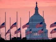 Dondald Trump hat nach massivem öffentlichen Druck den verstorbenen Senator John McCain doch noch gewürdigt. Er ordnete an, alle Flaggen in Washington bis zur Beerdigung McCains am Sonntag auf Halbmast zu setzen. (AP Photo/J. David Ake) (Bild: KEYSTONE/AP/J. DAVID AKE)