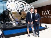 Der Luxusuhren-Hersteller IWC ist optimistisch: Im Bild feiert Velolegende Fabian Cancellara (links) mit IWC-CEO Chris Grainger die Eröffnung der neuen Manufaktur am Montag in Schaffhausen. (Bild: KEYSTONE/MELANIE DUCHENE)