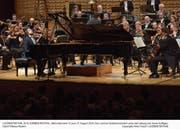Das Luzerner Sinfonieorchester mit dem Pianisten Daniil Trifonov. (Bild: Peter Fischli/LF (Luzern, 27. August 2018))