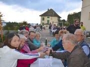 Besucher stossen mit Wein vom Untersee an. (Bild: Margrith Pfister-Kübler)