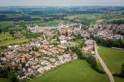 Das Dorf Waldkirch. Der Dorfkern befindet sich im Bild rechts der Kirche. (Bild: Urs Bucher (20.Mai 2018))