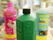 Hände weg von diesen bunten Flaschen! Kinder sind besonders häufig von Vergiftungen mit Chemikalien betroffen. (Bild: KEYSTONE/URS FLUERLER)