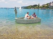 Sascha Kottmann (links) und Markus Hitz in ihrem Bierbüchsenboot auf dem Hallwilersee. (Bild: zvg (Meisterschwanden, 19. August 2018).)