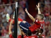 Bastian Schweinsteiger lässt sich nach seinem Tor von seinen ehemaligen Mitspielern feiern (Bild: KEYSTONE/AP/MATTHIAS SCHRADER)