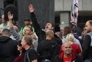 Inmitten des ausländerfeindlichen Mobs hebt ein Mann seinen Arm zum Hitlergruss. (Bild: Sean Gallup/Getty Images (Chemnitz, 27. August 2018))