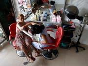 Auch in Kambodscha werden Bleichmittel zur Aufhellung der Haut angewendet. Sie wollen gut aussehen, «wie reiche Leute», ist eines der Argumente, das Frauen für eine Aufhellung der Haut ins Feld führen. (Bild: KEYSTONE/EPA/MAK REMISSA)