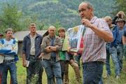 Beat Zgraggen erklärt den Teilnehmern, auf was sie im Umgang mit exotischen Pflanzen achten müssen. (Bild: PD)