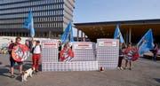 Initianten der Alpen-Initiative übergeben den Schmähpreis symbolisch an die SBB (Bild: PD)