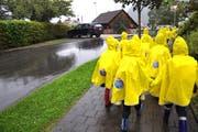 Dank den Regenponchos der TCS-Sektion Uri sind die Kinder besser sichtbar. (Bild: PD)