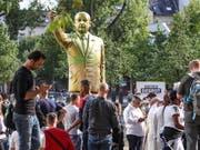 Eine vier Meter hohe, goldfarbene Statue des türkischen Präsidenten Erdogan hat in Wiesbaden heftige Diskussionen ausgelöst. Die Statue war Teil der Kunstausstellung Wiesbaden Biennale. Sie wurde «aus Sicherheitsgründen» entfernt. (Foto: Armando Babani/EPA) (Bild: KEYSTONE/EPA/ARMANDO BABANI)