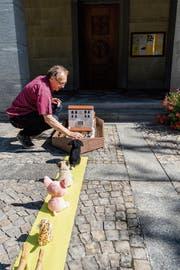 Der Pfarreibeauftragte Peter Oberholzer mit der Arche: Er wartet auf mehr Tiere. (Bild: Thomas Hary)