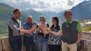 Die Teilnehmer am Eröffnungsapéro auf der «Alp-Hittä» aus dem Nätschen. Von links: Martin Baumgartner, Robert Schnydrig, Regula Meier, Nadia Gisler, Franz Steinegger. (Bild: PD)