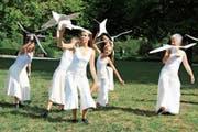 Die Tänzerinnen proben ihre Einlage mit den Vögeln. (Bild: Desirée Müller)