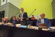Finanzdirektor Marcel Schwerzmann (stehend) anlässlich der Budgetdebatte vor einem Jahr: Damals ging es um das nachträgliche Budget 2017. (Bild: Dominik Wunderli, 11. September 2017)