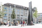 Auf dem Kornhausplatz steht jetzt wieder der Lämmlerbrunnen. Auf das an seiner Stelle ursprünglich geplante Wasserspiel wurde verzichtet. (Bild: Hanspeter Schiess - 29. August 2018)
