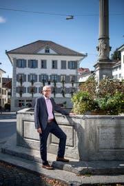 Der noch amtierende Gemeindepräsident Leo Müller beim Dorfbrunnen Ruswil: Im Hintergrund sieht man das Restaurant Rössli, die CVP-Geburtsstätte. Bild: Pius Amrein (27. August 2018)