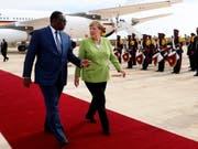 Die deutsche Kanzlerin Angela Merkel (rechts) hier zusammen mit Senegals Präsident Macky Sall (links) wurde bei ihrem Staatsbesuch in Senegal mit militärischen Ehren und deutschen Schlagern empfangen. (Bild: KEYSTONE/EPA/FELIPE TRUEBA)