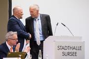 Christian Ineichen, Präsident der CVP Kanton Luzern (links), bedankt sich bei Konrad Graber für seinen Einsatz. Bild: Eveline Beerkircher (Sursee, 29. August 2018))
