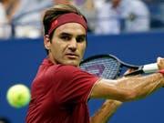 Roger Federer kam aufgrund der Hitze und der hohen Luftfeuchtigkeit für einmal richtig ins Schwitzen (Bild: KEYSTONE/FR110666 AP/ADAM HUNGER)