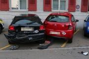 Wegen eines Sekundenschlafs wurden am Dienstagmorgen auf einem Vorplatz an der St.Galler Langgasse zwei Autos (im Bild) beschädigt. (Bild: Stadtpolizei St.Gallen)