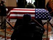 Ein früherer Soldat salutiert vor dem Sarg des verstorbenen US-Senators und Kriegsveteranen John McCain im Parlamentsgebäude von Arizona. (Bild: KEYSTONE/EPA AP POOL/JAE C. HONG / POOL)