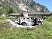 Das Auto überschlug sich neben der Autobahn und begann dann zu brennen. (Bild: Kapo GR)