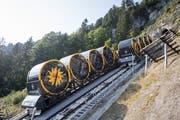 Die beiden Wagen der steilsten Standseilbahn der Welt mit einem Gefälle von bis zu 110 Grad kreuzen sich. (Bild: Urs Flüeler / Keystone (Stoos, 25. Juli 2018))