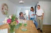 Bewohner Gerhard Kayser (links), Beatrice Dillier (Geschäftsleiterin) und Walter Müller (WG-Präsident) in den neuen Räumen des Vereins Brisenblick. (Bild: Corinne Glanzmann, Stans, 28. August 2018)