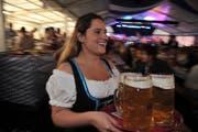 Am «Ürner Oktoberfest» wird wieder reichlich Bier ausgeschenkt. (Bild: Urs Hanhart (Altdorf, 2. September 2017))