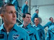 Ryan Gosling (links) startet am 75. Filmfest Venedig in Richtung Mond: Der Film «First Man», in dem der Kanadier den Astronauten Neil Armstrong spielt, wird am (heutigen) Mittwochabend als Eröffnungsfilm gezeigt. (Universal Pictures via AP) (Bild: Keystone/AP Universal Pictures/)
