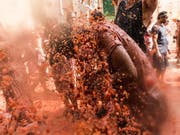 Mehr als 20'000 Menschen haben in Bunol bei Valencia an der traditionellen Tomatenschlacht teilgenommen. 145 Tonnen überreife Tomaten wurden dabei herumgeworfen. (Bild: KEYSTONE/EPA EFE/RODRIGO JIMENEZ)