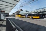 Postautos im neuen Bushof auf dem St.Galler Bahnhofplatz. (Bild: Hanspeter Schiess - 29. August 2018)