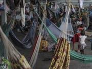 Tausende Flüchtlinge aus Venezuela leben in Behelfslagern in Nordbrasilien. Nun hat das brasilianische Militär Soldaten an die Grenze nach Venezuela geschickt. (Foto: Antonio Lacerda/EPA) (Bild: KEYSTONE/EPA EFE/ANTONIO LACERDA)