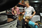 Jung und Alt zeigt Interesse am Betrieb. (Bild: Ramona Riedener)