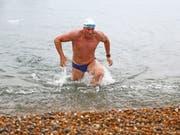 Lewis Pugh am Mittwoch bei der Ankunft am Shakespeare Beach in Dover. (Bild: Keystone/AP PA/GARETH FULLER)