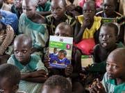 Flüchtlingskinder in Kenia während einer Englisch-Lektion - immer mehr Flüchtlingskinder haben diese Chance nicht und können keine Schule besuchen. (Bild: KEYSTONE/PETER KLAUNZER)