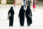 In unseren Breiten ein Bild mit Seltenheitswert: bummelnde Burkaträgerinnen. (Bild: Adrian Wojcik/Getty)