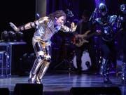 Musicaldarsteller Dantanio Goodman mimt auf der Bühne den erwachsenen Michael Jackson. (Bild: Keystone/DPA/JÖRG CARSTENSEN)