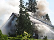 Beim Brand eines Mehrfamilienhauses in Reiden LU ist starker Rauch aus dem Dachstock gedrungen (Bild: Luzerner Polizei)