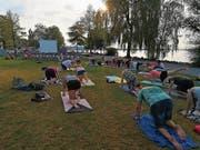 Schweisstreibend und meditativ: Rund 30 Personen treffen sich zur Yoga-Session am Feierabend. (Bild: Jolanda Riedener)