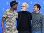 Der Schweizer Regisseur Markus Imhoof zwischen den beiden Hauptdarstellern von «Eldorado» Akhet Tewende (l) und Raffaele Falcone (r). (Bild: KEYSTONE/EPA/SASCHA STEINBACH)