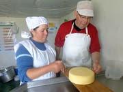 Käser und Lehrmeister Oskar Flüeler begutachtet in Peru zusammen mit einer peruanischen Käserin einen frisch produzierten einheimischen Käse. (Bild PD)