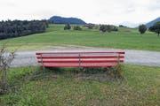 Inmitten lieblicher Hügel: Das Lieblingsbänkli von Fotograf Werner Schelbert «Ob Tännli» an der Schwyzer Grenze. Bild: Werner Schelbert (Oberägeri, 10. Juli 2018)